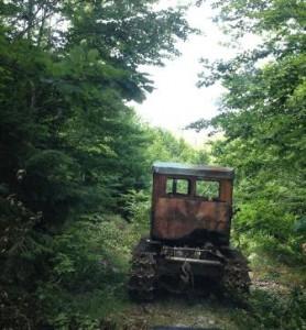 Nje-traktor-simbol-i-shkaterrimit-te-pyjeve-kroi i bardhe